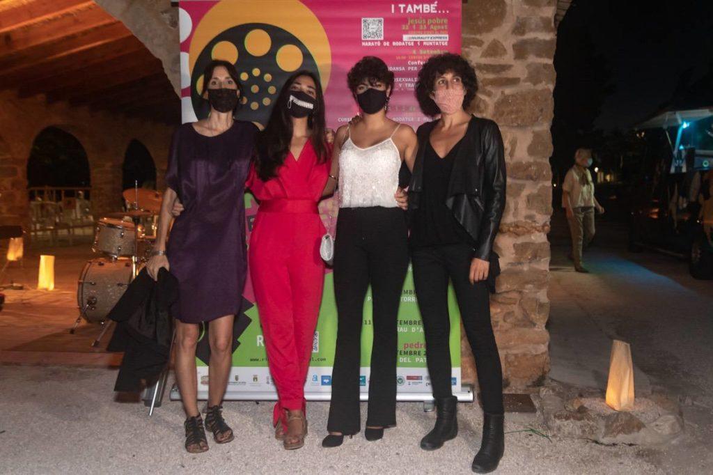 Eva Libertad y Nuria Mun?oz flanquean a sus actrices Alejand ra Alfaro y Claudia Garo?n en J esús Pobre© Jordi Dominguis
