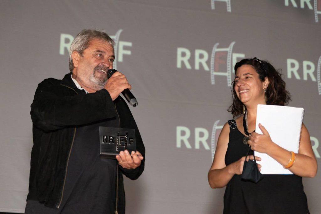 Carles Miralles luce su estatuilla tras el homenaje rec ibido por el Riurau Film Fest ival 2020© Jordi Dominguis