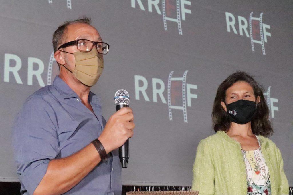 Paco Torner, de la Fundación Oceanogràfic y Marta Lorenzi, anunciando el premio a -uNpACKAGING-