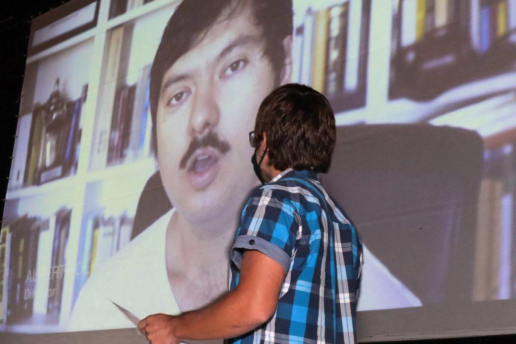 Albert Folk en pantalla agradeciendo el premio al mejor corto en Valencià