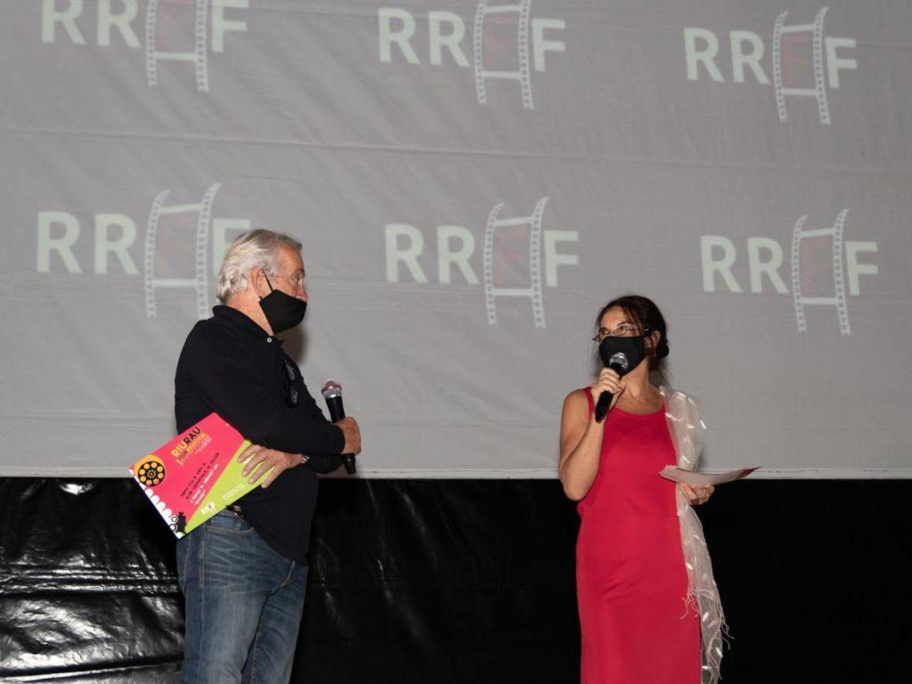 Jose María Fraguas de  Pablo anunciando el premio  de Mejor Peli?cula en Ja?ve a junto a Isabel Bilbao